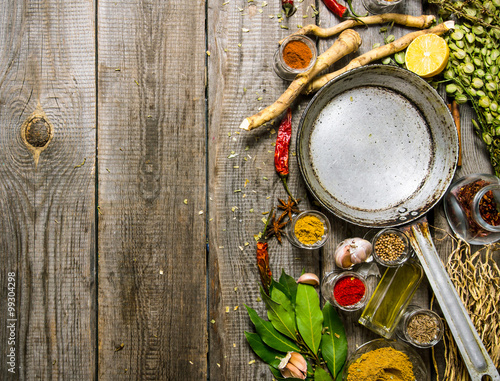 Photo Empty frying pan with aromatic spices and herbs.