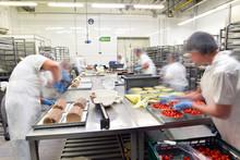 Herstellung Von Torten Und Kuchen In Einer Großbäckerei // People In The Preparation Of Cakes In A Bakery
