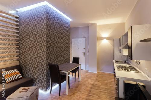 Piccolo monolocale con cucina a vista su soggiorno ristrutturato con ...