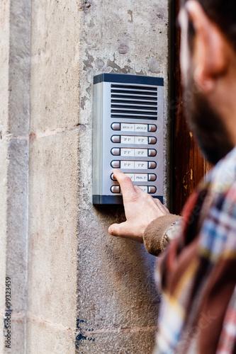Man ringing the doorbell Canvas-taulu