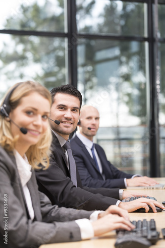 Photo Young attractive man working in a call center