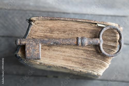 Fotografía  Vieja llave y libro de la vendimia