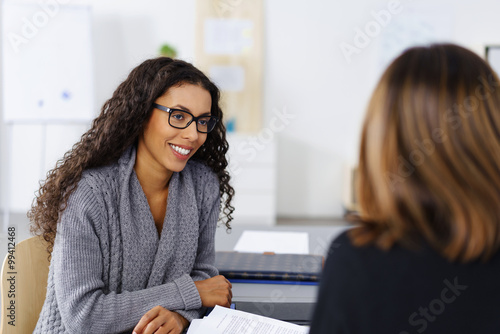 Photographie  zwei geschäftsfrauen unterhalten sich im büro