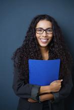 Erfolgreiche Absolventin Mit Ihrer Bewerbungsmappe