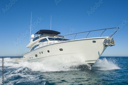 Fotografia  Luksusowy prywatny jacht motorowy żeglowany na morzu