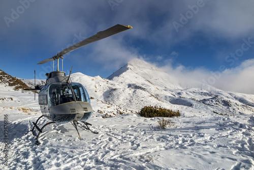 fototapeta na szkło Elicottero nelle alpi