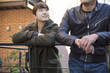 若いカップル 並列で話す イメージ