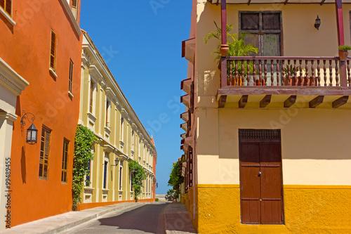 Fotografía  Cartagena city street with vintage buildings, Colombia