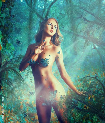 Marząca seksualnie szczupła kobieta z dużymi naturalnymi piersiami i motylami
