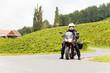 Motorradfahrer steht an einer Kreuzung