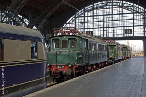 Alte Lokomotiven im Bahnhof - 99519827