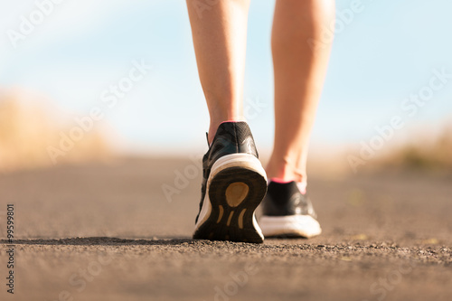 Foto  Woman walking on a path. (Fitness concept)