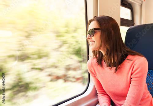 Zdjęcie XXL Młoda kobieta cieszy się taborową przejażdżkę.