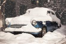 Snow-coverd Retro Car. Vitage ...