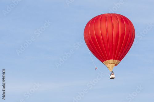 Photo Air Balloon Levitating Over the Crowd of People Standing Outdoors