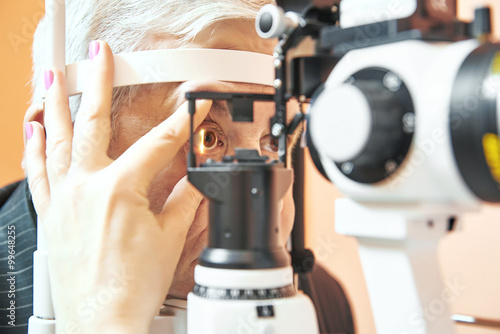 Fotomural  male patient under eye sight examination at ophthalmology clinic