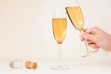 Volle Champagneglazen Waarvan 1 Wordt Weggepakt En Proost