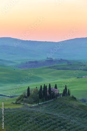 Foto op Plexiglas Toscane Bauernhaus der Toskana vor Sonnenaufgang hoch