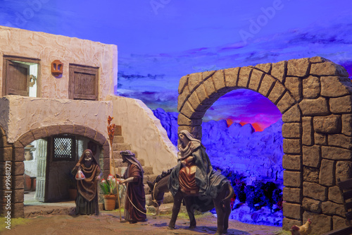 Photo Christmas Nativity scene. Mary and Joseph's search for a place t