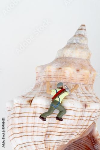 Foto op Plexiglas Alpinisme speleologi esploratori in miniatura in una conchiglia