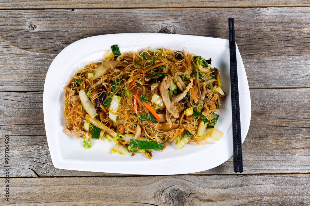Photo  Chicken with rice noodles dish ready to eat