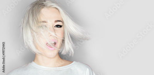 Fotografía  Close-up portrait of a fashion blonde with stylish short hairstyle on gray backg