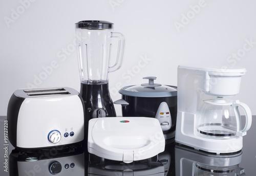 Electrodomésticos de cocina sobre un fondo neutro.