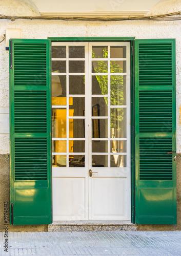 Obraz na płótnie zielone okiennice i białe drzwi