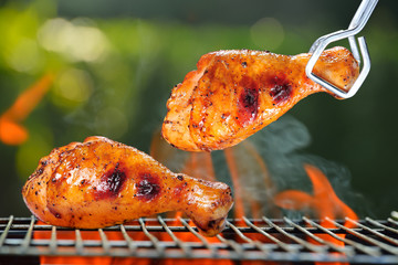 Panel Szklany Grill Grilled chicken Legs on the grill outdoor