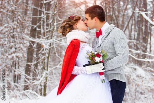 Fotografie, Obraz  Зимняя свадьба. Красивая молодая пара в лесу.