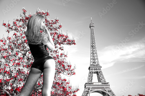Staande foto Parijs girl in a body on the background of the Eiffel Tower