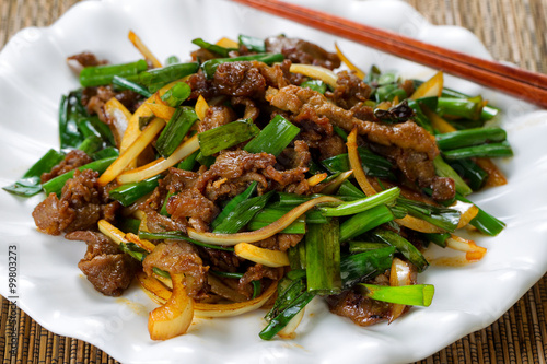 Photo  Fresh beef and green onion dish ready to eat
