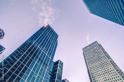 Obraz na płótnie Nowoczesna architektura w mieście - widok z dołu