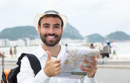 Fotografie, Obraz  Gut gelaunter Tourist zeigt Daumen