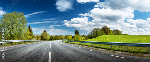 Fotomural Road panorama on sunny spring day