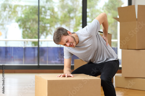 Fotografía  Man suffering back ache moving boxes