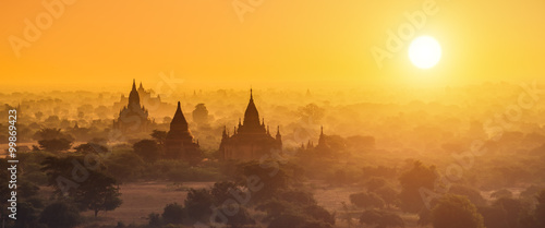 Photo  Panorama photography of Myanmar temples in Bagan at sunset