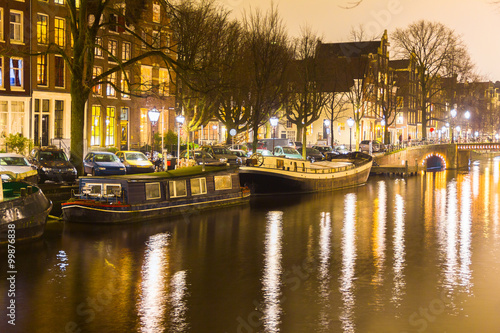 Photo  Amsterdam canal and bridge at night