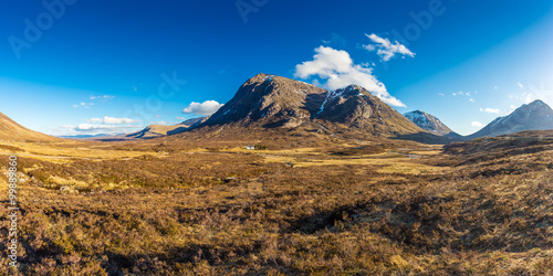 Photo  Panoramic shot of the amazing Glencoe on a sunny spring day - Scotland, UK