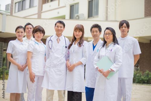 Fotografie, Obraz  病院の中庭に立つ医師・看護師・集合写真