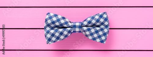 Carta da parati Blue bow tie on pink background
