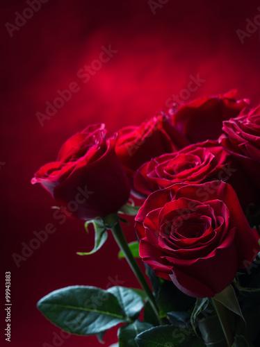 roza-czerwone-roze-bukiet-czerwonych-roz-walentynki-dzien-slubu-tlo-platki-roz-i-serca-walentynki-walentynki-i-granica-slubu