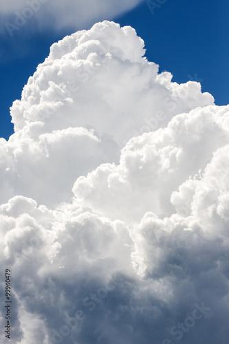 wielkie-chmury-na-niebieskim-niebie