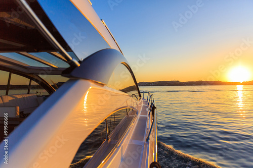 Fotografia  luxury motoryacht at sunset
