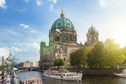 Staande foto Berlijn Berlin, A tour boat on the Spree River front Berlin Cathedral