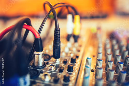 Fotografía  audio jack and wires connected to audio mixer, music dj equipment at concert, fe