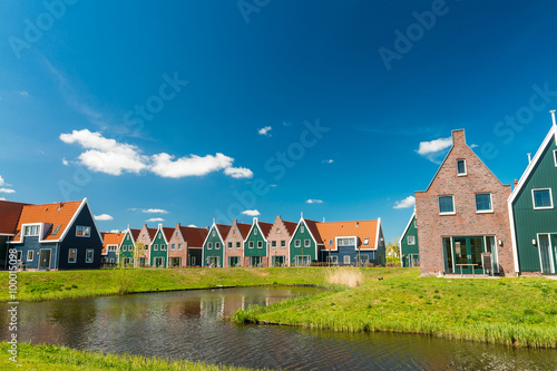 Tuinposter Stad aan het water Classic homes of Volendam, Netherlands