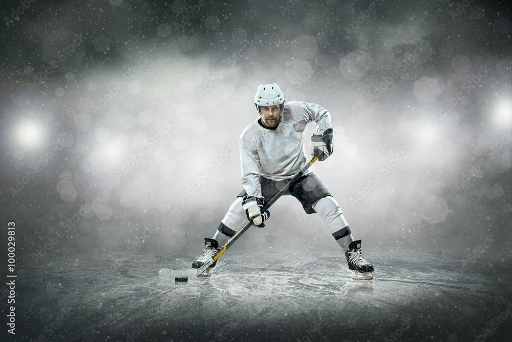 Fotografía Jugador de hockey sobre hielo en el hielo, al aire libre ...