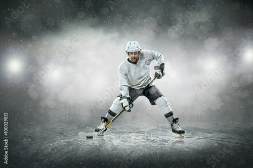 Photo  Ice hockey player on the ice, outdoors