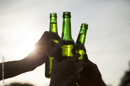 Mit Bierflaschen anstoßen Wallpaper Mural